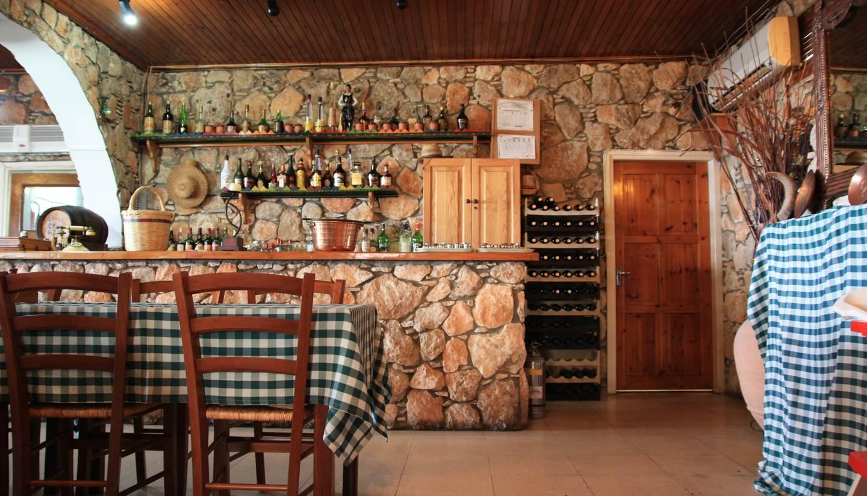 Chipre - Greek tavern in Larnaca, Cyprus
