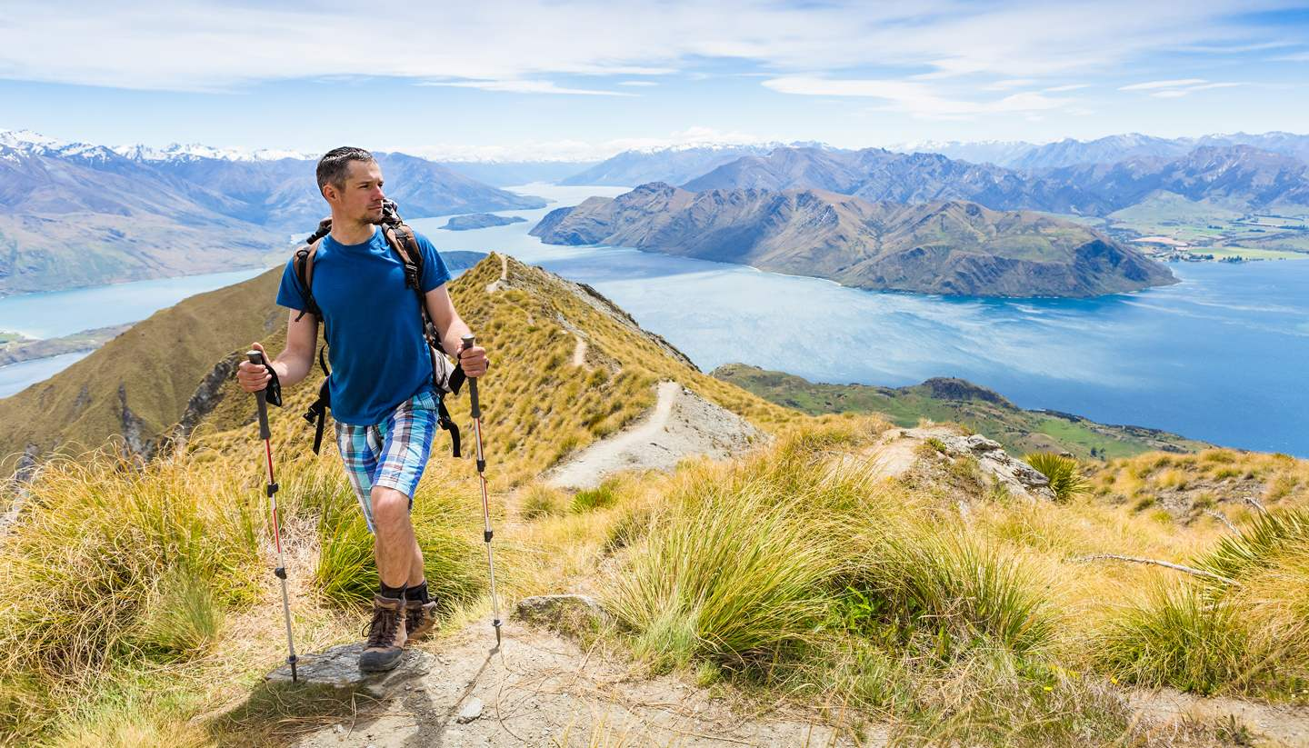 Nueva Zelanda - A hiker enjoying the views in New Zealand