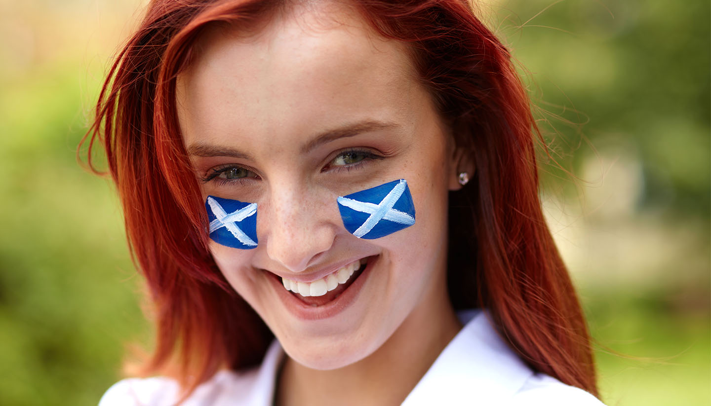 Escocia - Female with Scottish flags on her cheeks